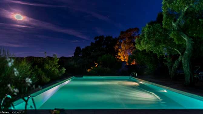 Les zipins villa avec grande piscine louer au calme for Piscine eclairee la nuit